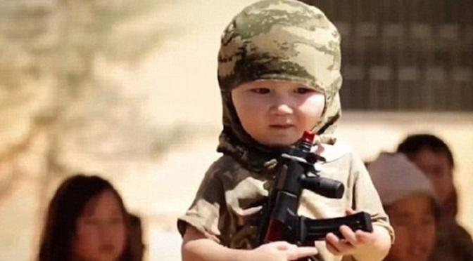 Estado Islâmico cria exército de crianças acostumadas a decapitar desde pequenas