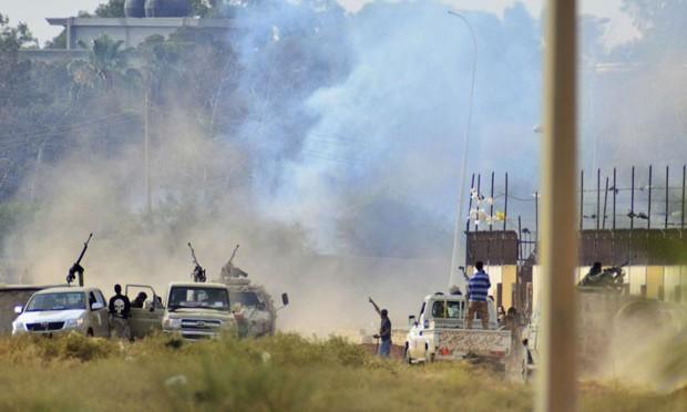 Governo oficial da Líbia bombardeia aeroporto em Trípoli