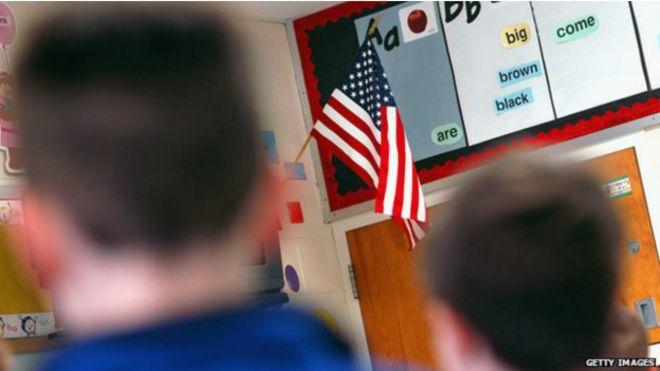 Juramento à bandeira feito em árabe causa polêmica em escola nos EUA