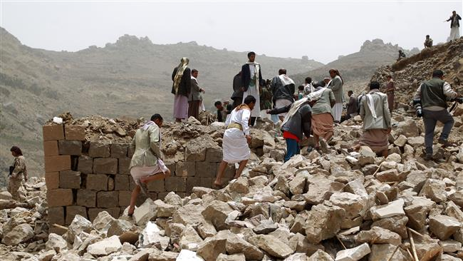 Casas de civis bombardeadas por aviões sauditas em Sana, no Iêmen