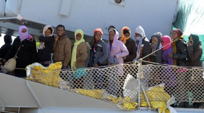 Navio com cerca de 700 imigrantes naufraga no Mar Mediterrâneo. Centenas podem ter morrido