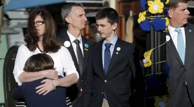 Pais de menino que morreu no atentado de Boston pedem que responsável não seja executado