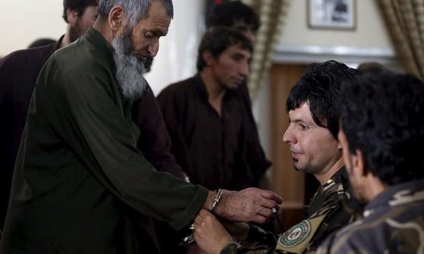Corte afegã mostra vídeo de linchamento de mulher em Cabul