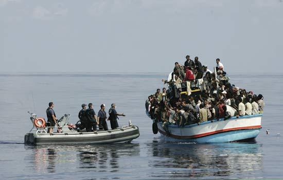 UE aprova missão naval no Mediterrâneo para combater tráfico de pessoas