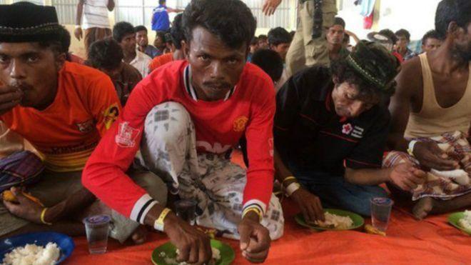 Imigrantes em barcos à deriva relatam mortes em briga por comida