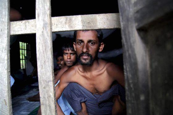 Malásia encontra 139 covas em 28 campos clandestinos de imigrantes