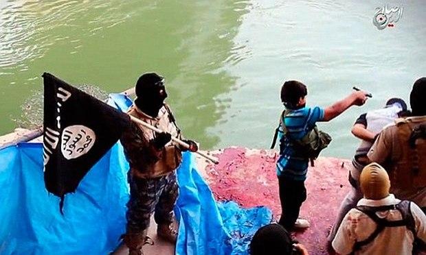 Vídeo mostra menino do Estado Islâmico executando prisioneiros