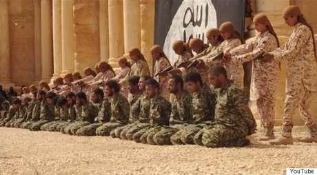 EI divulga vídeo que mostra jovens executando 25 sírios