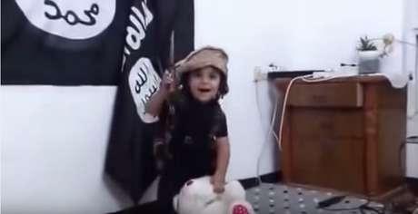 Vídeo do EI mostra criança decapitando urso de pelúcia