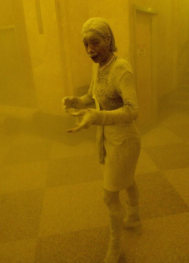 Mulher coberta de poeira em foto do 11 de Setembro morre de câncer