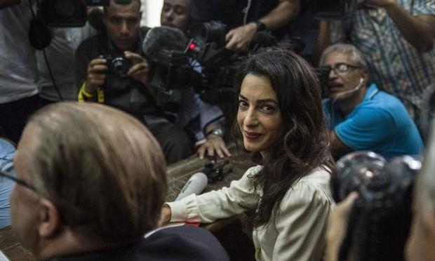 Amal Clooney está no Egito para julgamento de jornalista da Al Jazeera
