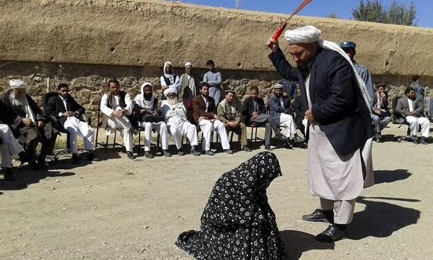 Condenados por adultério levam chibatadas no Afeganistão