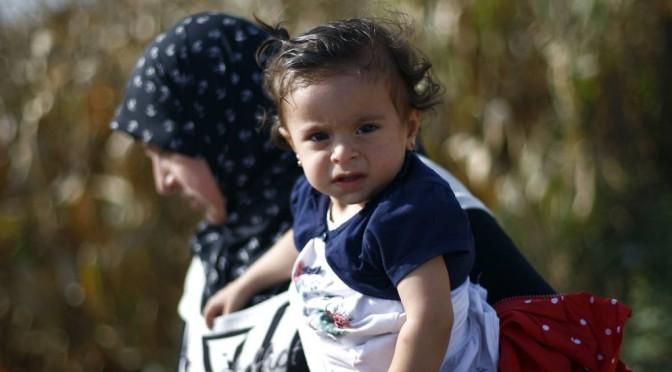 Centenas de refugiados chegam à Croácia em nova rota após Hungria ameaçar mais bloqueios
