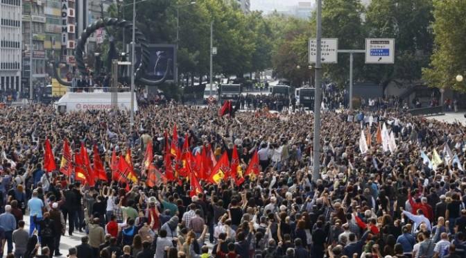 Milhares protestam após atentados na capital turca
