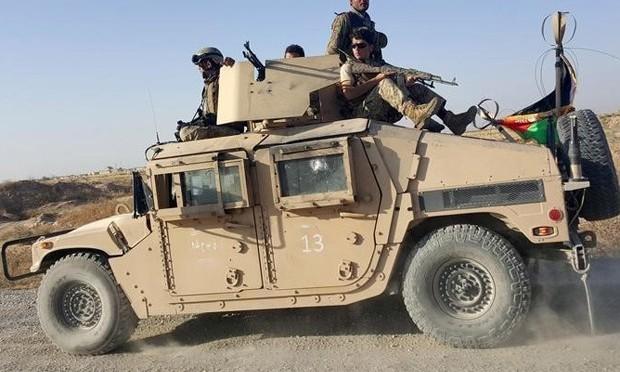 Talibã se retira de cidade afegã, mas combates prosseguem no sul do país