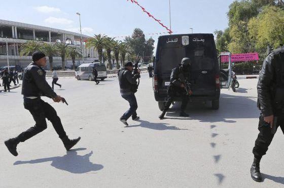 Tunísia declara estado de emergência e toque de recolher após ataque