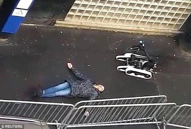 Terror regressa a Paris:  robô verifica o corpo de um fanático do ISIS para verificar presença de explosivos depois que ele foi morto a tiros enquanto corria em direção a estação de polícia usando um falso colete suicida