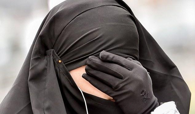 Mulher jihadista do ISIS tortura jovem síria até a morte por vestir roupas que violam o código islâmico de vestimenta do grupo
