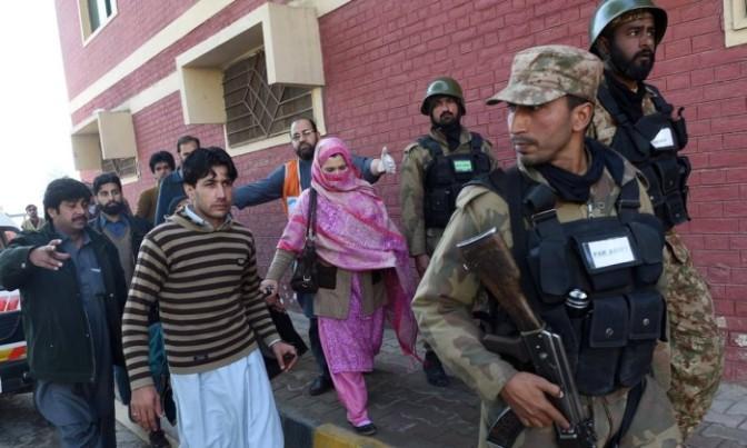 Ataque mata ao menos 30 em universidade no Paquistão