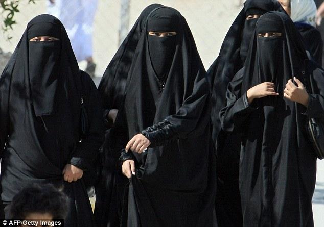 Seis mulheres e cinco homens são condenados a 300 chicotadas e um ano de prisão na Arábia Saudita depois que os vizinhos denunciaram festa em uma casa à beira-mar
