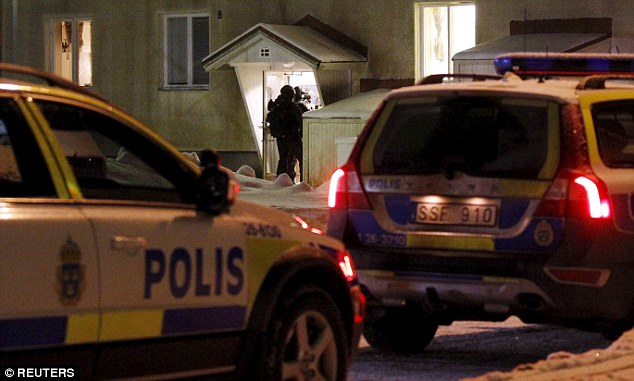 Suécia: Um homem é morto a facadas e outros três são feridos entre gangues no centro de refugiados