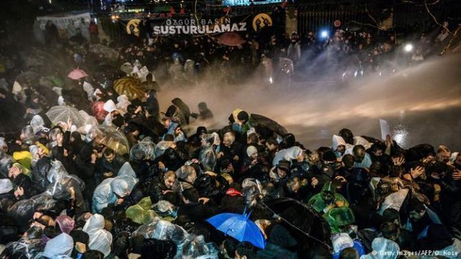 Polícia turca invade maior jornal do país