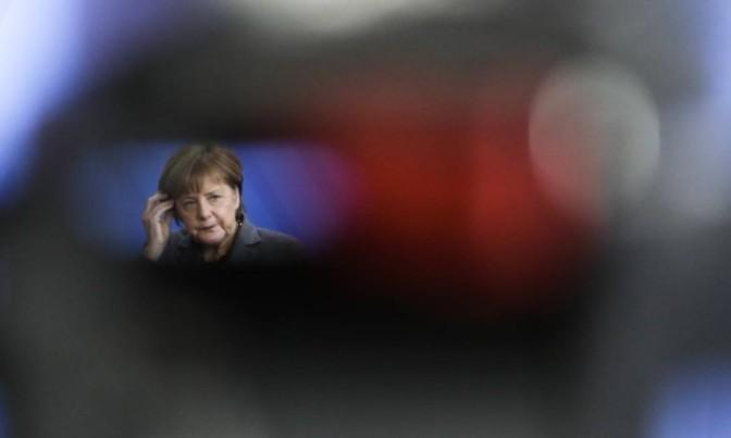 Merkel diz que Grécia tem de acelerar esforços para alojar refugiados