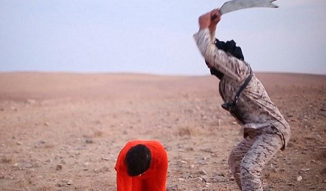 Vídeo de propaganda macabro do ISIS mostra as execuções brutais de vítimas, incluindo um soldado iraquiano que rasteja com suas mãos e joelhos enquanto implora por piedade