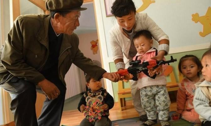 Em Pyongyang, fazenda-modelo com armas de brinquedo para as crianças