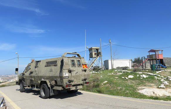 Palestinos abrem fogo e jogam pedras em veículos israelenses