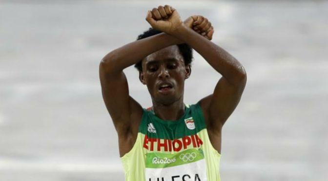 Prata na maratona, etíope teme ser morto em seu país após fazer protesto