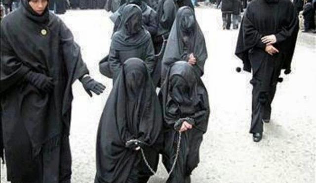 """Após capturar e espancar brutalmente duas cristãs, muçulmanos oferecem as meninas como """"presentes"""" ao ISIS"""