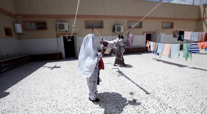 Macaco arranca véu de menina numa tribo muçulmana líbia e gera conflito com 16 mortos e 50  feridos