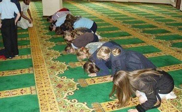 Pais alemães enfrentam tribunal por não permitirem viagem do filho para mesquita sob o comando da escola