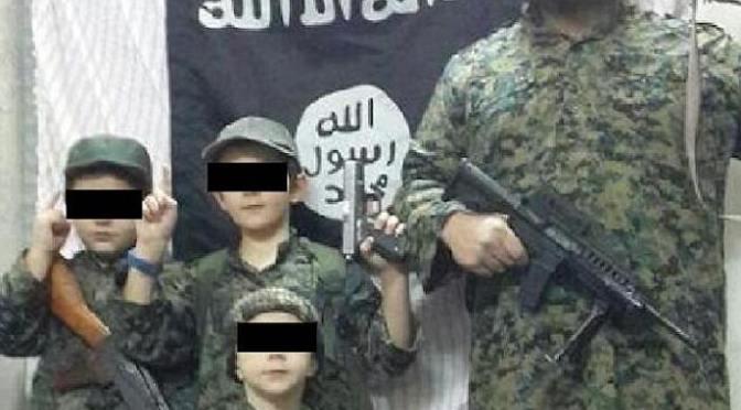 """Filho de jihadista do Estado islâmico com 8 anos pergunta ao pai: """"como você mata um não-muçulmano?"""""""