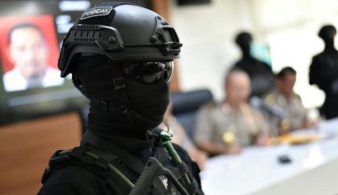 """Final do Ramadã na Indonésia: muçulmanos gritando """"Allahu akbar"""" esfaqueia policial até a morte"""