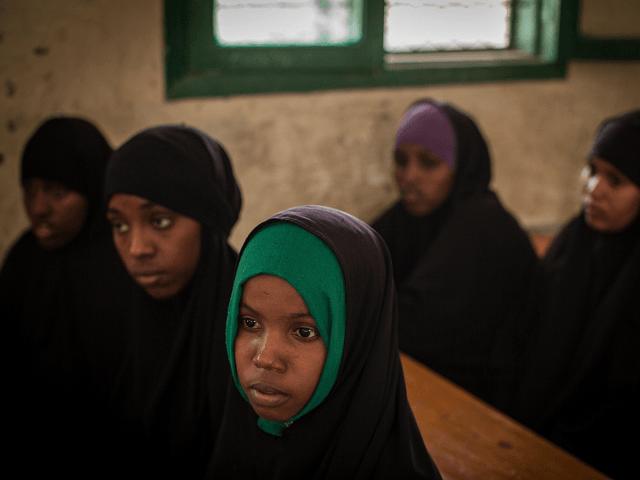30 % das jovens em subúrbios de Paris enfrentam ameaça de Mutilação Genital Feminina