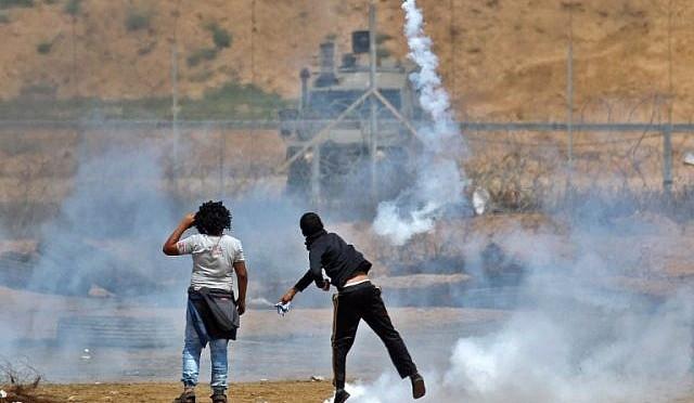 Centenas de palestinos tentam romper a cerca de Gaza com extrema violência