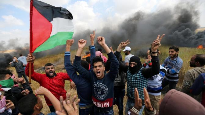 Imãs muçulmanos conclamam multidões de palestinos a alcançar a cerca na fronteira