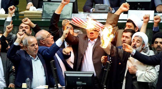 """Parlamentares iranianos queimam a bandeira dos EUA enquanto gritam """"Morte à América!"""