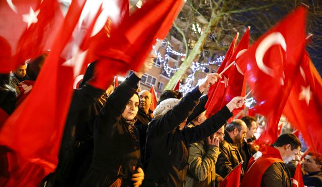 França:Turcos e curdos se enfrentam com violência após vitória de Erdogan na eleição