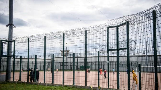 Terroristas islâmicos entre centenas de prisioneiros radicalizados estarão livres das prisões em 2019, diz ministro francês