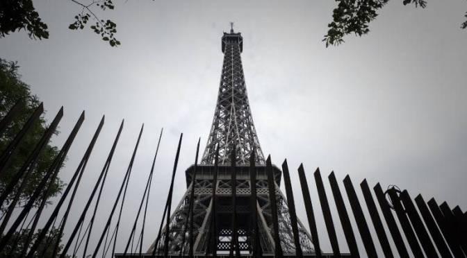"""Paris dá os retoques finais nas """"paredes antiterrorismo"""" da Torre Eiffel"""