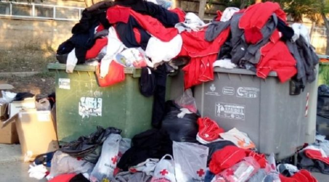 Imigrantes na Espanha jogam fora toalhas e roupas doadas pela Cruz Vermelha