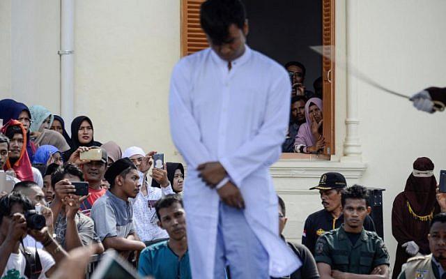 Casal gay chicoteado na Indonésia por praticar sexo proibido pela sharia