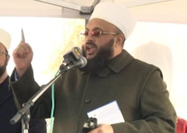 Clérigo muçulmano que lidera a maior rede de tribunais islâmicos da Grã-Bretanha, é investigado por estupro de crianças