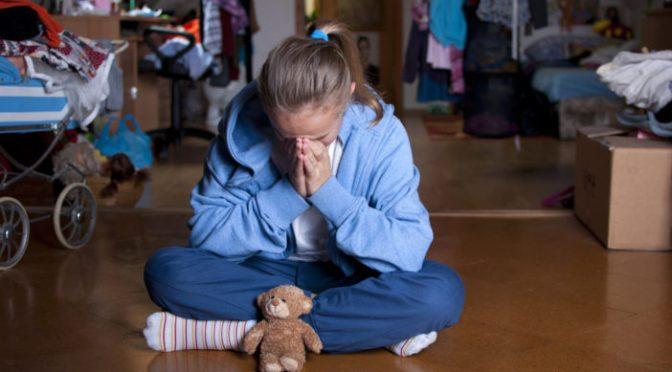 """Um refugiado adulto estupra a filha de 12 anos de sua família adotiva francesa porque """"estava apaixonado"""""""