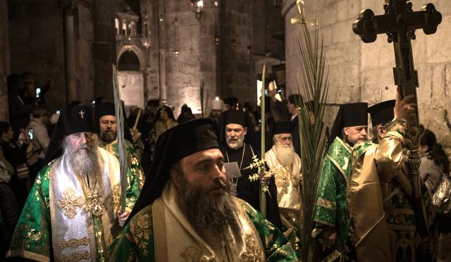 Padre grego espancado por requerentes de asilo na frente de sua igreja