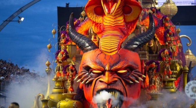 """Entre Deus e o """"Diabo nazista"""" nas Terras do Carnaval"""