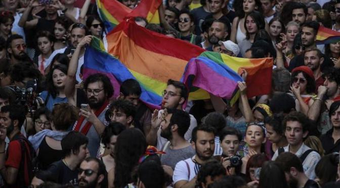 Turquia: muçulmanos ameaçam assassinar estudante por promover palestra sobre direitos LGBT